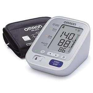 Misuratore di pressione OMRON M3 su sfondo bianco