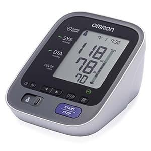 Misuratore di pressione OMRON M7 su sfondo bianco