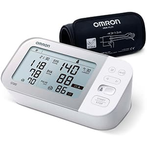 Misuratore di pressione OMRON X7 su sfondo bianco