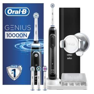 Spazzolino elettrico Oral-b Genius 10000N nero con scatola, confezione da viaggio nera, testine di ricambio e confezione blu a sinistra su sfondo bianco