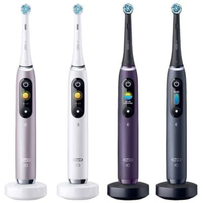 Quattro spazzolini elettrici Oral B iO messi uno accanto all'altro su sfondo bianco