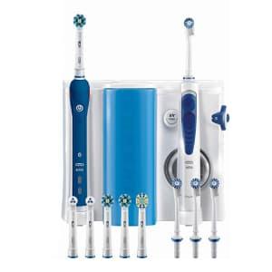 Spazzolino elettrico ed idropulsore Oral-b Pro 3000 bianchi e blu scuro con testine di ricambio in basso e struttura alle spalle su sfondo bianco