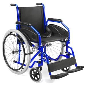 Sedia a rotelle nera e blu AIESI Agila Evolution messa in obliquo su sfondo bianco