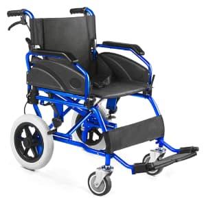 Sedia a rotelle nera e blu Agila Transit obliqua su sfondo bianco