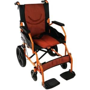 Sedia a rotelle arancione e nera Mobiclinic Pirámide messa in obliquo su sfondo bianco